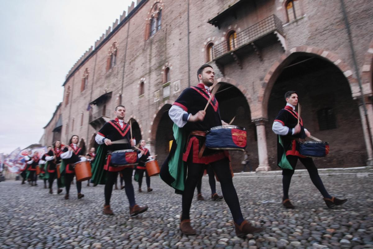Gli sbandieratori al Carnevale di Mantova - Credits Maestà della Battaglia