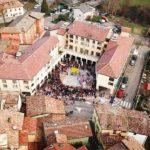 Bellissima visuale aerea del Carnevale di Montecavolo grazie a boschinidhellip